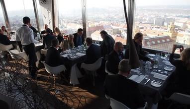 Listopadový oběd nad Prahou